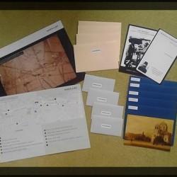 Pakiet gracza: mapa (współczesna i ta z 1911 roku), karta drużyny, wiadomości do zdobycia, upominki w postaci dawnych zdjęć.