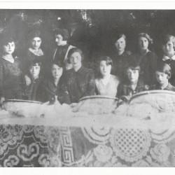 Lata dwudzieste/trzydzieste XX wieku. Tomaszów Mazowiecki. Pierwsza od lewej na zdjęciu to Frymet Berkowicz. Zbiory Teofila Smolowicza.