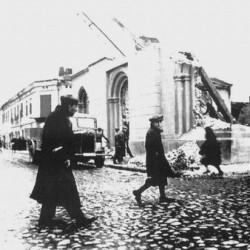Zburzenie tomaszowskiej synagogi. Źródło: http://www.holocaustresearchproject.org/