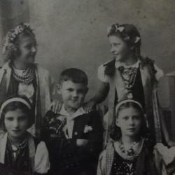 Równe. Lata trzydzieste XX wieku. Zdjęcie po uroczystościach komunijnych Józefa Harasimowicza, taty Mirosławy Harasimowicz