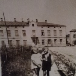 The junction of Bohaterów Getta Warszawskiego street and Jerozolimska street. 1950s. In the picture two siblings of Mirosława Harasimowicz: Bożena and Mirosław