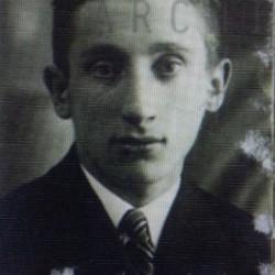 Mojżesz Pleszowski (ur. 1913r.), syn Zeliga i Nachumy. Wraz z rodzicami i rodzeństwem mieszkał przy ulicy Bóżniczej 1 (dziś Bohaterów Getta Warszawskiego) do momentu likwidacji getta w 1942 roku. APTM nr 7 Sygn. III/1859d  p. 20