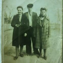 Józef Pardej z koleżankami. Rok 1944