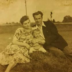 Czesława M. wraz z rodzicami. Rok 1951