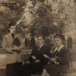 Siedzą: Wiesława z bratem Stefanem Albrechtem. Rok 1948. Zbiory Wiesławy Dębiec