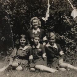 Maj 1946. Park Rodego. Pierwsza z prawej Wiesława. Zbiory Wiesławy Dębiec