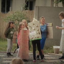 aktorzy: Janek, Majka, Gabrysia, Majka, Kuba, Tosia, Jadzia, Dorotka (zwinięta w ceglasty rulon!)